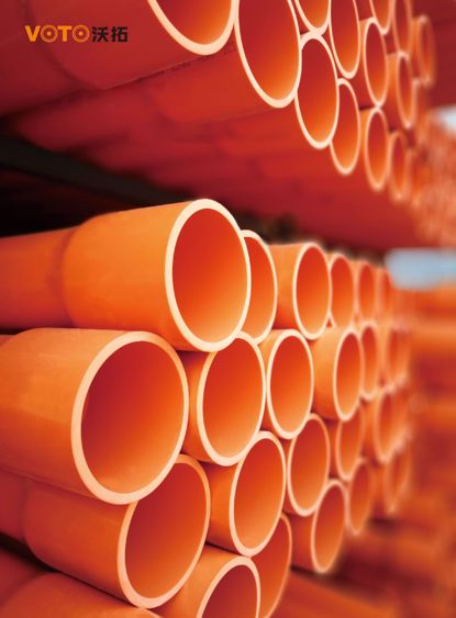 CPVC高压电力电缆套管及配件是以耐热,绝缘性能优异的PVC-C树脂为主要原材料制成;PVC-U埋地式通信保护套管系列采用PVC塑料制造,具有强度高、韧性好、绝缘、难燃、使用安全等特点。 主要用于电气设备内部布线,可以对设备中的导线起机械防护和电器保护作用,使用产品后,配线方便,布线整齐,安装可靠,便于查找、维修和调换路线。